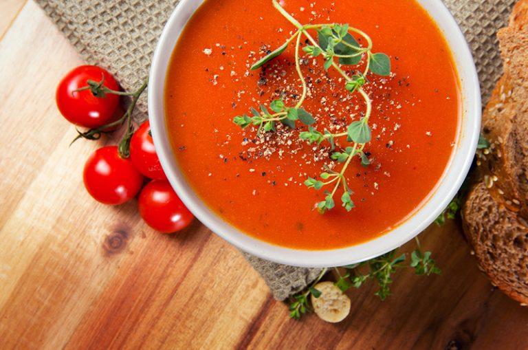 Receta de sopa de tomate con topping crujiente de saltamontes al ajo